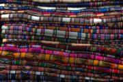 Farbenfrohe Stoffe auf dem Markt in La Paz, Bolivien
