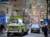 La Paz, Bolivien: Ein Lastwagen quält sich die Strassen hoch