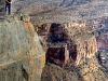 Michi lehnt sich an das Geländer - Jebel Shams, Oman.