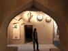 Nikki stöbert in den Katakomebn des Forts von Nizwa, Oman