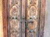 Reich verzierte Holztür mit Metallgriffen, Oman