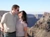 Nikki und Michi küssen sich vor der Gebirgslandschaft des Oman