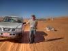 Michi vor unserem Nissan, der bald gegen ein Kamel eingetauscht wird. Wüstenritt, Oman