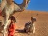Größenvergleich: Das Beduinen-Kind reicht dem Kamel gerade mal bis zur Hüfte, Oman