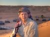 Michi mit Beduinenkopftuch auf einer Düne vor dem Camp, Oman