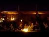 Bewohner des Nomadic Desert Camps vor abendlichem Lagerfeuer in der Wahiba Sands-Wüste im Oman