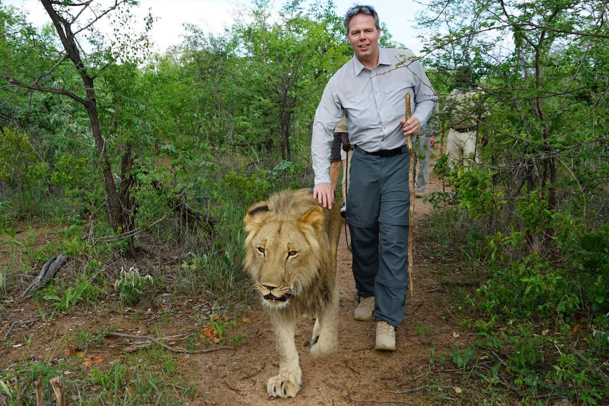 Michael Dunker mit Löwe-min