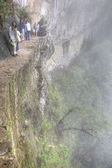Nikki am Abgrund des Inka-Trails bei Machu Picchu