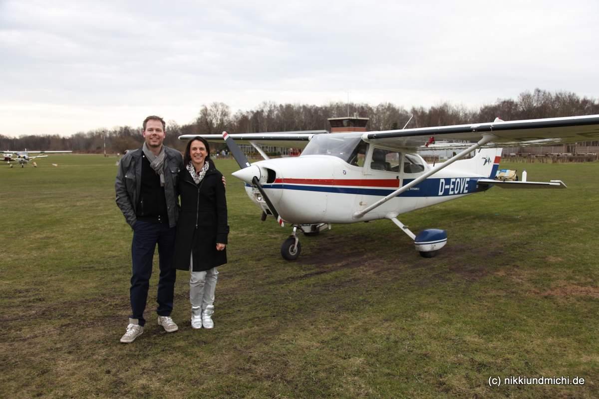 Nicole Bralo-Dunker und Michael Dunker vor der Cessna 172