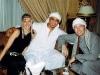 Deutsch-arabische Freundschaft: Reiseleiter Ahmed (Mi.) mit Nikki und Michi bei einer Galabeya-Party auf dem Nilkreuzfahrtschiff Royal Princess. Foto: www.nikkiundmichi.de