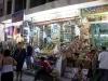 Auf dem Basar in Assuan: Typischer Laden im bunten Souk der drittgrößten Stadt Ägyptens. Vor dem Geschäft sind die Gewürze appetitlich drapiert. Foto: www.nikkiundmichi.de