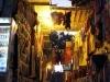 Gasse mit Kleidung auf dem Markt (Souk) in Assuan, Oberägypten. Foto: www.nikkundmichi.de