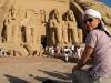 Nikki sitzt vor dem imposanten Tempel in Abu Simbel, Ägypten. Foto: www.nikkiundmichi.de