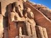 Alle Statuen vor dem Ramses II.-Tempel in Abu Simbel zeigen den Pharao Ramses II. Hier die beiden rechten Kolosse (je 20 Meter hoch). Foto: www.nikkiundmichi.de