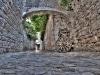 Eine Gasse in der Altstadt von Trogir, Kroatien.