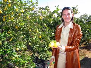 Zitronenernte auf Mallorca. Nikki mit einer Handvoll Südfrüchte. Foto: Nikki&Michi, www.nikkiundmichi.de