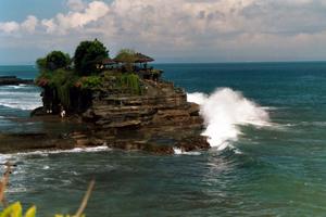 Pura Tana Loht. Der Tempel steht direkt im Meer. Darunter eine heilige Quelle. Foto: www.nikkiundmichi.de