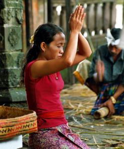 Friedliche Stimmung im Tempel von Ubud. Foto: www.nikkiundmichi.de