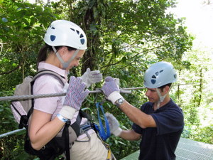Canopy SkyTrek am Vulkan Arenal. Nikki wird in die Zipline eingeklinkt. Foto: www.nikkiundmichi.de