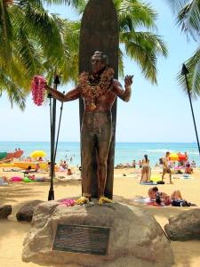 Die Statue von Duke Kahanamoku am Strand von Waikiki, Honolulu, auf Oahu (Hawaii). Foto: www.nikkiundmichi.de