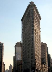 Das dreieckige Gebäude Flatiron Building von 1901 ist besonders markant. Foto: www.nikkiundmichi.de