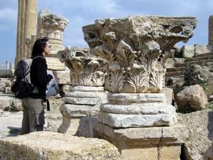 Nikki bestaunt eine der Säulen in Jerash, Jordanien. Foto: www.nikkiundmichi.de
