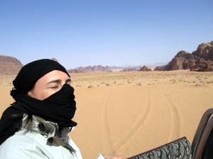 Nikki im Wadi Rum, Jordanien. Foto: www.nikkiundmichi.de
