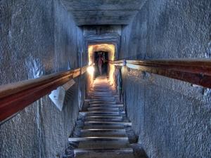Abstieg zur Grabkammer der Pyramide von Meidom, Ägypten. Foto: www.nikkiundmichi.de