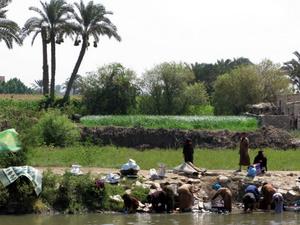 Wie vor 1000 Jahren: Frauen waschen ihre Wäsche am Nil. Der Fluß brachte das Leben nach Ägypten. Foto: www.nikkiundmichi.de