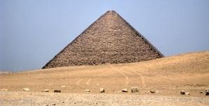 Die Rote Pyramide von Dashur. Foto: www.nikkiundmichi.de
