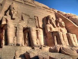Tempel von Abu Simbel: Die Anreise von Assuan dauert 3,5 Stunden im Konvoi. Foto: www.nikkiundmichi.de