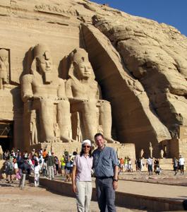 Der Tempel von Abu Simbel: Nikki und Michi stehen vor den gigantischen Ramses II.-Statuen. Foto: www.nikkiundmichi.de