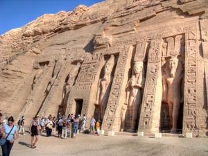 Der Tempel der Nefertari steht direkt neben dem Ramses-Tempel von Abu Simbel. Foto: www.nikkiundmichi.de