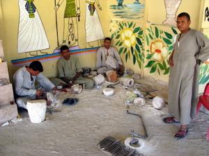 Handwerker einer Alabaster-Werkstatt in Kurna, Theben-West bei Luxor. Foto: www.nikkiundmichi.de