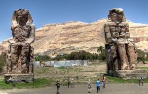 Die Memnon-Kolosse in Theben West. Foto: www.nikkiundmichi.de