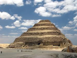 Die älteste Pyramide: Stufenpyramide von Sakkara (Saqqara) in Ägypten. Foto: www.nikkiundmichi.de