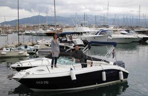 Mit dem Motorboot in Kroatien: Nikki und Michi unterwegs vor der Küste von Ciovo. Foto: www.nikkkiundmichi.de