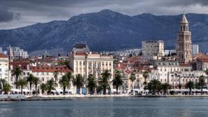 Kroatien: Die Hafenstadt Split vom Wasser aus. Nicht zu übersehen: Der Diokletianspalast. Foto: www.nikkiundmichi.de