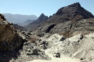 Oman: Mit dem Jeep durch das Wadi Bani Awf. Foto: www.nikkiundmichi.de