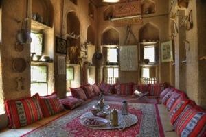 Traditionelles Haus in Al Hamra, Oman: die dicken Mauern halten die Hitze draußen. Foto: Michael Dunker