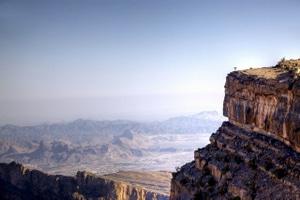 "Jebel Shams: Michi steht an der Kante des ""Grand Canyons"" des Oman. Foto: Nicole-Bralo-Dunker"