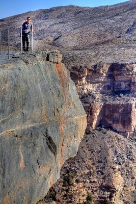 Reisebericht Oman: Nikki steht am Rand des Grand Canyons auf dem Dschabal Schams.