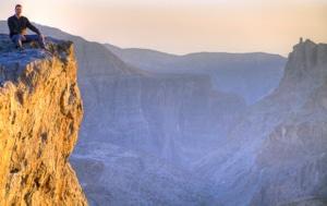 Sonnenuntergang im Hajar, Oman: Michi blinzelt in die letzten Sonnenstrahlen.