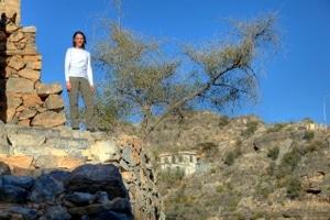 Nikki auf einer Klippe am Saiq-Plateau im Hadschar-Gebirge.
