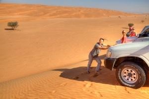 Dune Basing in der Wüste Wahiba Sands: Nikki stemmt sich gegen den Jeep.