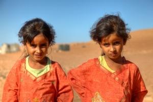Beduinen-Kinder in der Wüste Wahiba Sands im Oman.