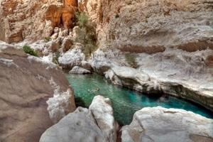 Nikki schwimmt im glasklaren Wasser der Schlucht des Wadi Bani Khalid.