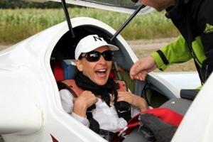 Nikki Bralo-Dunker hat schon Spaß beim Einsteigen in den Segelflieger.