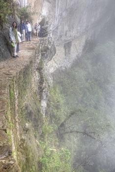 Nikki am Abgrund des Inka Trail in der Nähe von Machu Picchu.