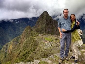 Machu Picchu: Nikki und Michi vor der imposanten Kulisse der alten Inka-Stadt.